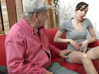 Papy pervers baise beurette aux gros seins