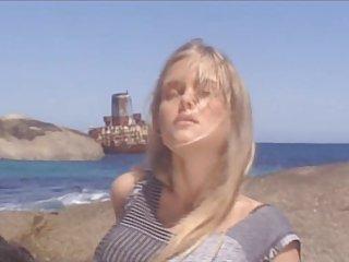 Blondie y demia moore cojiendo en la playa - 3 7